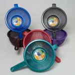 STRAINER 9.5 INCH ROUND WITH LONG HANDLE 6 METALLIC COLORS, Case Pack of 48